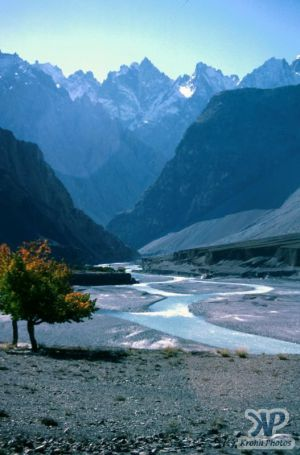 autumn-s32b1.jpg - A river valley in N. Pakistan (View 1)