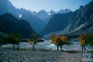 autumn-s33b1.jpg - A river valley in N. Pakistan (View 2)