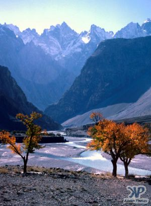 autumn-s34b1.jpg - A river valley in N. Pakistan (View 3)