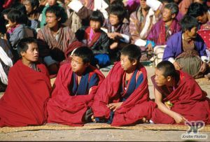 cd1016-s15.jpg - Young Monks